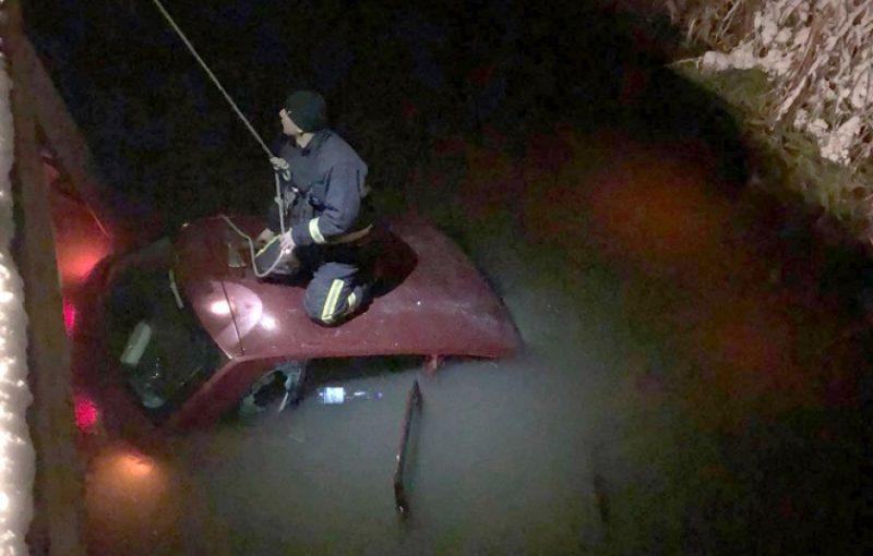 Csatornába zuhant egy autó Szászrégenben, a 15 éves sofőr négy barátjával eltűnt a helyszínről