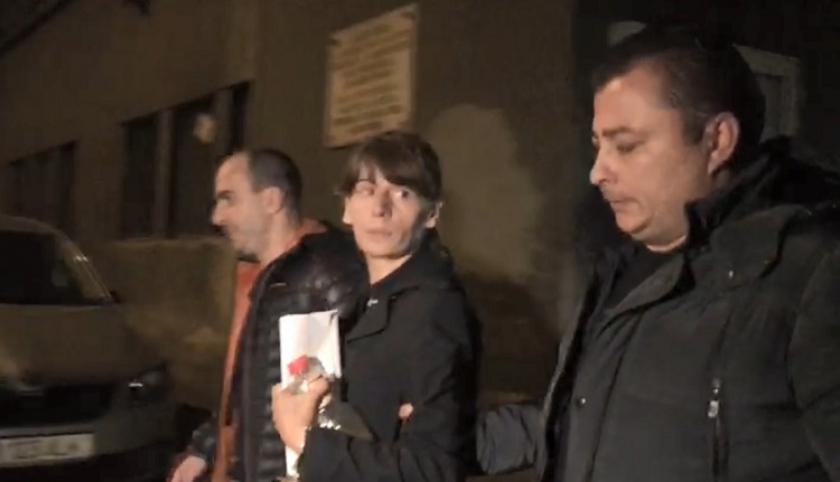 Őrizetbe vették az ügyészek a nőt, akit azzal gyanúsítanak, hogy a metrósínek közé lökött egy fiatalasszonyt