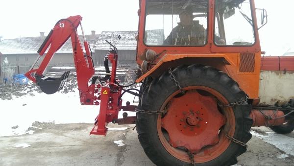 Traktorral romboltak le egy házat Székelyföldön, melyet önkényesen egy roma család foglalt el