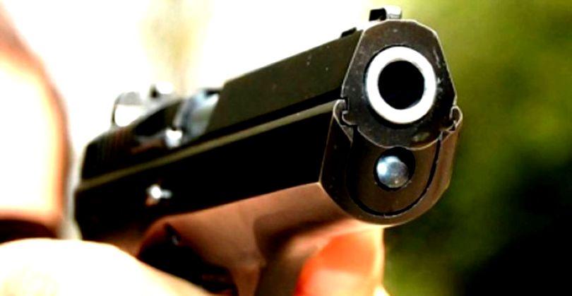 Fejbe lőtte rendőr kedvesét és magát is megsebesítette egy nő, miután elsült a kezében a férfi fegyvere