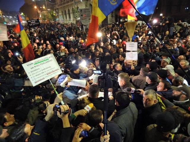 Több tízezren tüntettek szombat este Bukarestben és az ország nagyobb városaiban