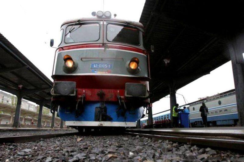 Vasúti sínekre zuhant egy fém tartószerkezet, áll a vasúti forgalom Bukarest és Brassó között