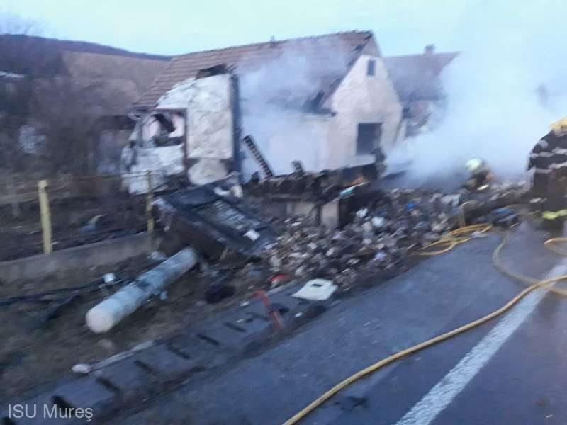 Felborult és kigyulladt egy csokoládét szállító kamion; a tűz átterjedt egy házra is