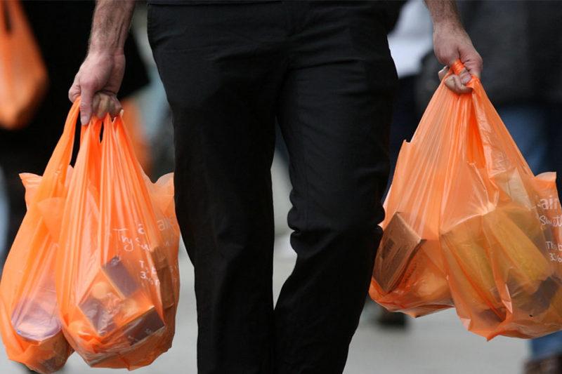 Jövő év elejétől tilos lesz a vékony, illetve nagyon vékony falú , fogófüllel ellátott műanyag szatyrok forgalmazása