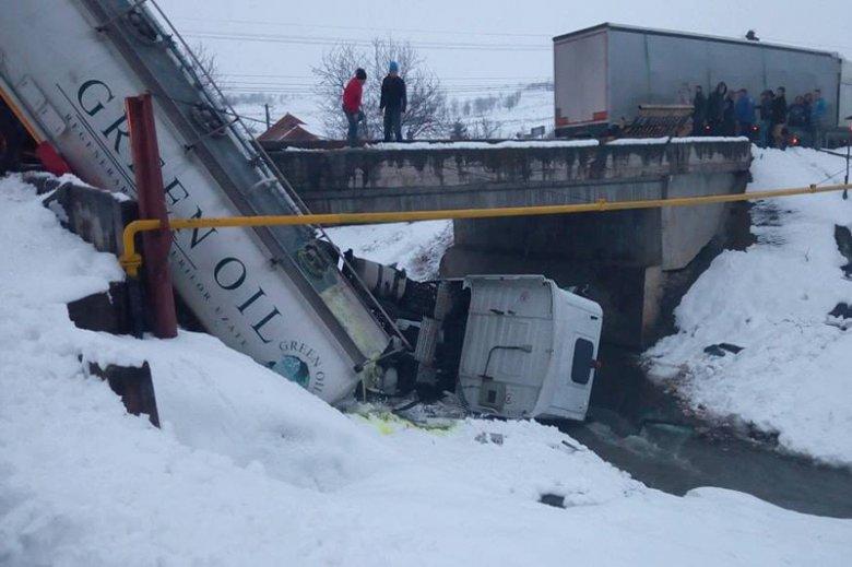Tartálykocsi balesete Nagykenden: Több mint ötezer liter gázolajat távolítottak el a Nádas patakból