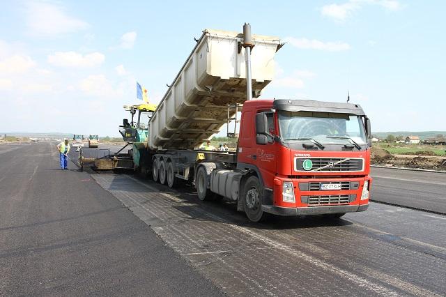 Júniusra befejezik a marosvásárhelyi repülőtér kifutópályájának felújítását