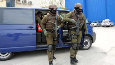 Gyanús bőröndöt vizsgál a marosvásárhelyi terrorelhárító csoport