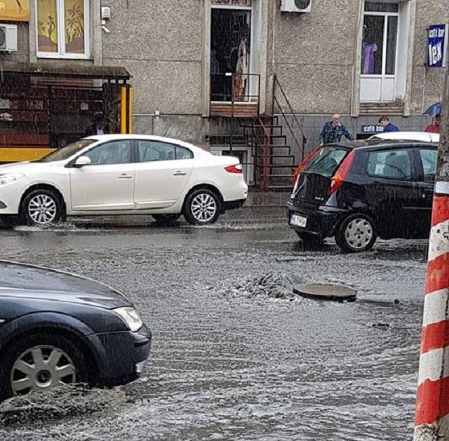 Hatalmas felhőszakadás miatt áll a víz az utcákon Marosvásárhelyen