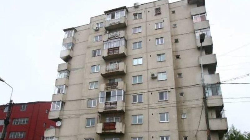Életét vesztette egy férfi Szatmárnémetiben, amikor kizuhant a negyedik emeletről