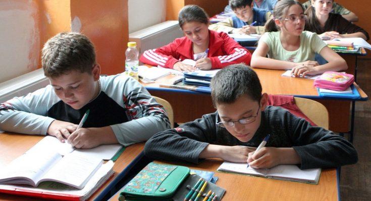 Romániai törvénymódosítás: az elemi osztályokban is román tanároknak kell oktatniuk a román nyelvet