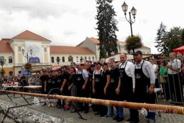 Megsütötték Erdély leghosszabb kürtőskalácsát a Kürtőskalács  – Édes ízek fesztiválja második kiadásán