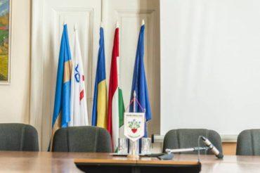 A székely, a magyar és a megyezászlót el kell távolítani egy székelyföldi tanácsteremből, a németet, izraelit és amerikait nem
